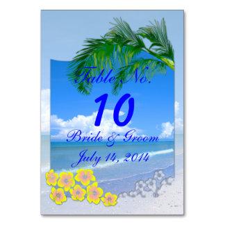 Playa y cielos azules que casan la tarjeta de la t