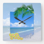 Playa y cielos azules reloj cuadrado