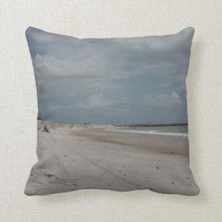 Playa y duna y embarcadero vacíos excepto una almohadas