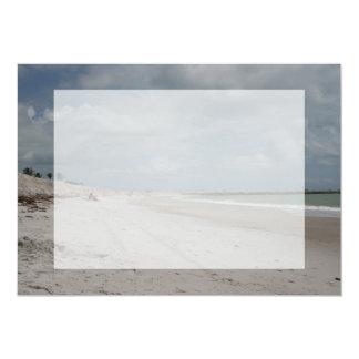 Playa y duna y embarcadero vacíos excepto una invitación 12,7 x 17,8 cm
