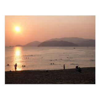 Playa y mar en la salida del sol, Nha Trang, Tarjeta Postal