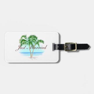 Playa y palmeras apenas casadas etiqueta de maleta