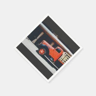 Pliegue anaranjado fuera de un resturant servilleta de papel