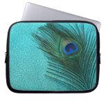 Pluma azul del pavo real de la aguamarina metálica funda ordendadores