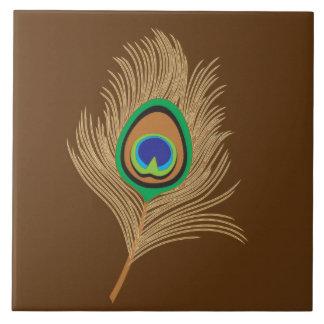 Pluma beige del pavo real en marrón azulejo cuadrado grande