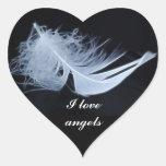 Pluma blanca - angelical por la naturaleza pegatina en forma de corazón