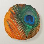 Pluma del pavo real con el naranja cojín redondo