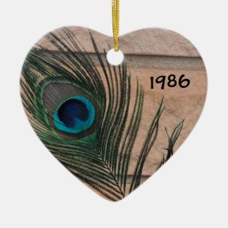 Pluma del pavo real con el ornamento del ladrillo adorno