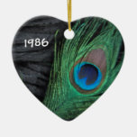 Pluma del pavo real con el ornamento negro adorno