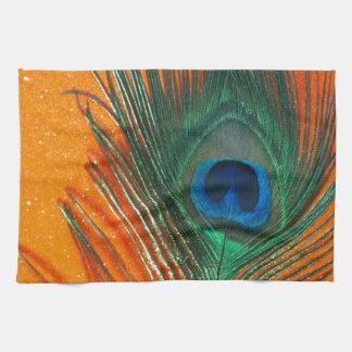 Pluma del pavo real con todavía del brillo vida an toalla de mano