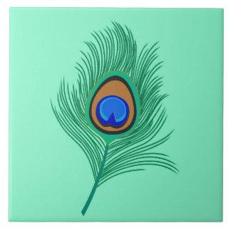 Pluma del pavo real de la turquesa en la azulejo cuadrado grande