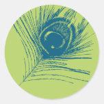 Pluma del pavo real de la verde lima y del azul pegatina redonda