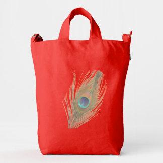 Pluma del pavo real en el naranja bolsa de lona duck