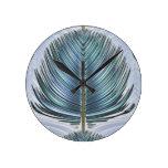 Pluma estilizada del pavo real - azul reloj de pared