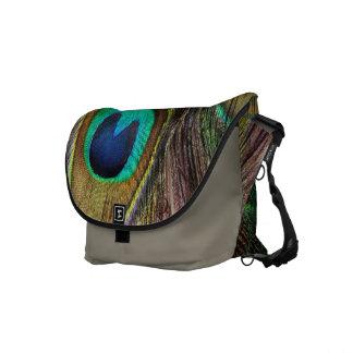 Pluma iridiscente hermosa del pavo real bolsas de mensajeria