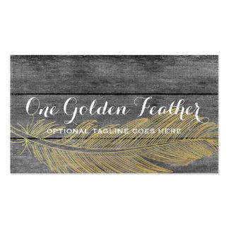 Pluma moderna del oro en fondo de madera oscuro tarjetas de visita