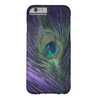 Pluma púrpura sedosa del pavo real funda para iPhone 6 barely there