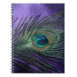 Pluma púrpura sedosa del pavo real libreta espiral