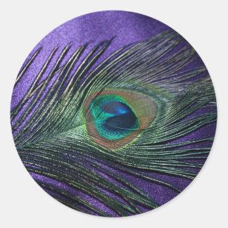 Pluma púrpura sedosa del pavo real pegatina redonda