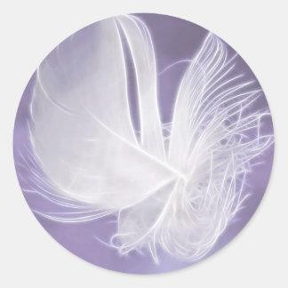 Pluma que cae libre en fondo púrpura etiqueta redonda
