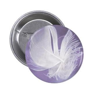 Pluma que cae libre en fondo púrpura pin redondo 5 cm