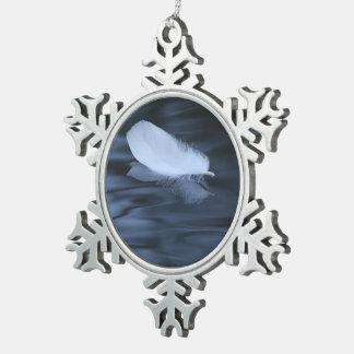 pluma que flota en el agua azul adorno de peltre en forma de copo de nieve
