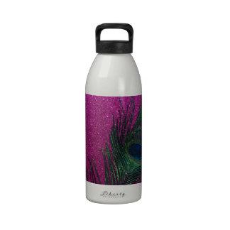 Pluma rosada reluciente del pavo real botella de agua reutilizable