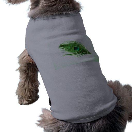 Pluma verde del pavo real en negro camisa de perrito
