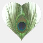 Pluma verde del pavo real pegatina en forma de corazón