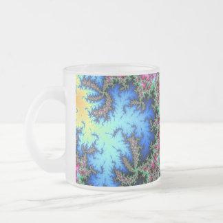 Plumas abstractas del pavo real - arte colorido taza de café esmerilada
