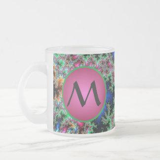 Plumas abstractas del pavo real con el monograma taza de café esmerilada