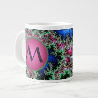 Plumas abstractas del pavo real con el monograma taza de café gigante