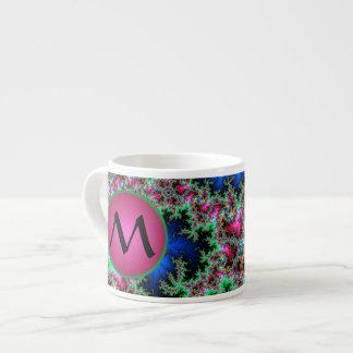 Plumas abstractas del pavo real con el monograma taza de espresso