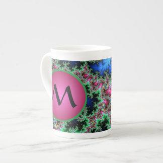 Plumas abstractas del pavo real con el monograma taza de té