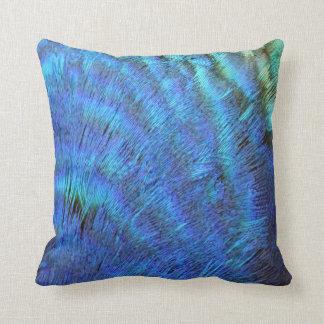 Plumas azules borrosas del pavo real cojin