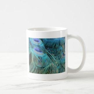 Plumas azules brillantes del pavo real taza de café