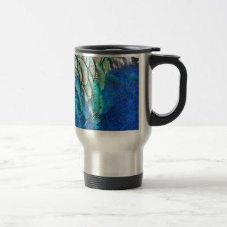 Plumas azules y verdes del pavo real taza de viaje