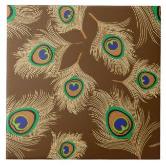 Plumas beige del pavo real en marrón azulejo cuadrado grande