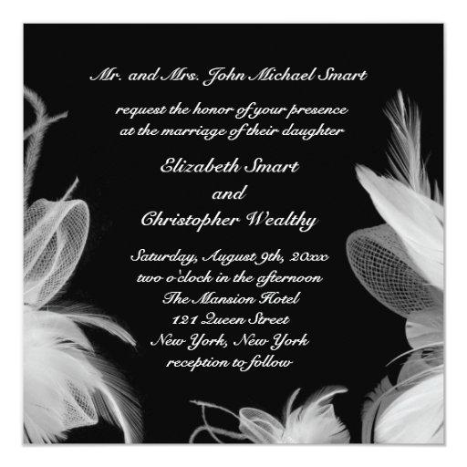 Plumas blancas que casan la invitación