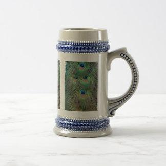 Plumas brillantes e intrépidas del pavo real jarra de cerveza