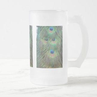 Plumas brillantes e intrépidas del pavo real taza de cristal