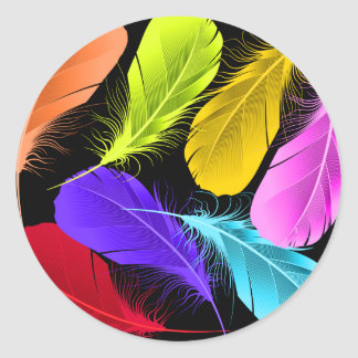 Plumas coloreadas salvajes vivas intrépidas en pegatina redonda