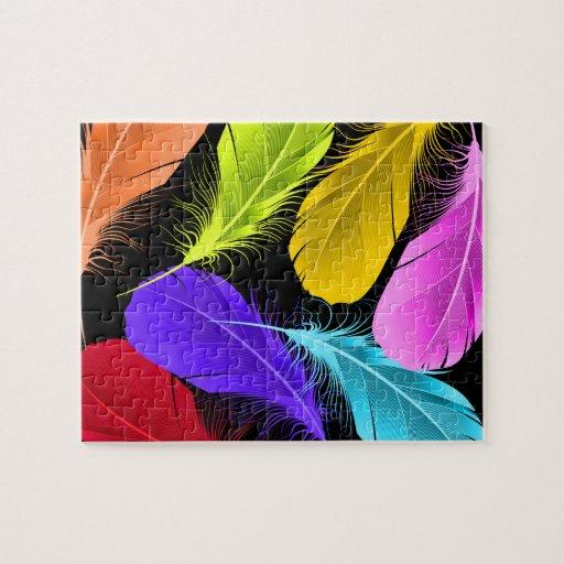 Plumas coloreadas salvajes vivas intrépidas en rompecabeza