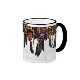 Plumas del nativo americano taza de dos colores