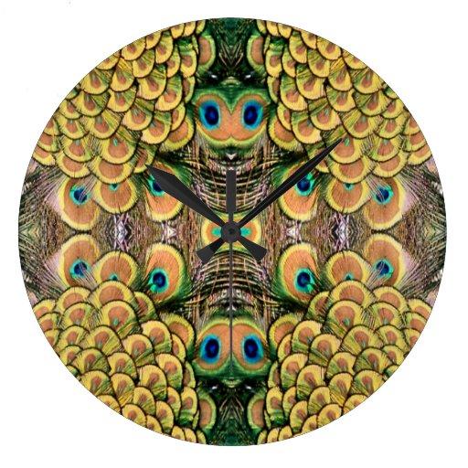 Plumas del pavo real del verde esmeralda y del oro reloj redondo grande