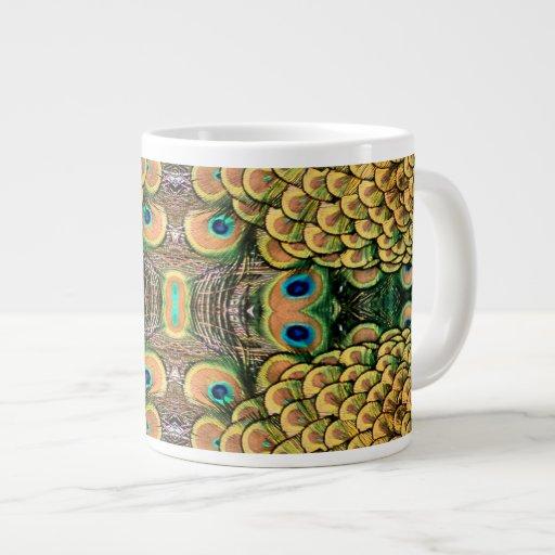 Plumas del pavo real del verde esmeralda y del oro taza extra grande
