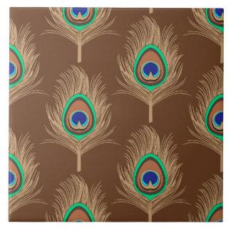 Plumas del pavo real, moreno del camello en marrón azulejo cuadrado grande
