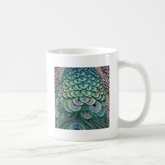 Plumas del Peafowl de los colores verdaderos Taza De Café