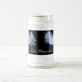 Plumas gemelas y reflexión de la llama jarra de cerveza