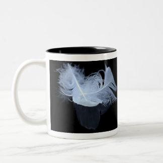 Plumas gemelas y reflexión de la llama taza de café de dos colores
